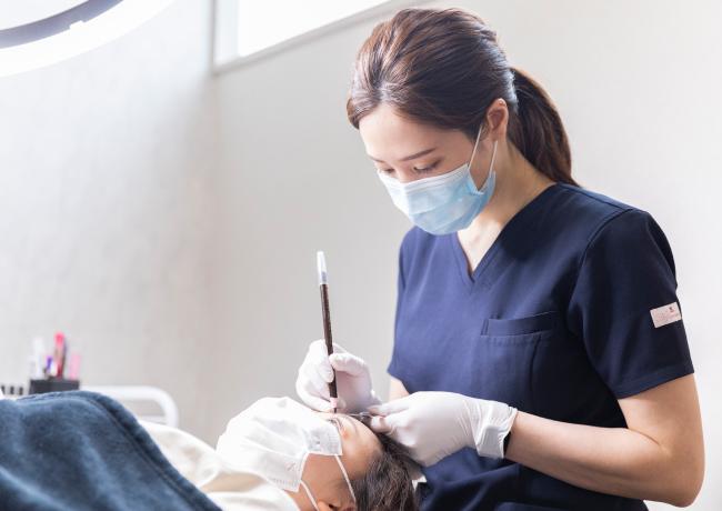 姫路メディカルクリニックの医師が医療アートメイクを行なっている様子
