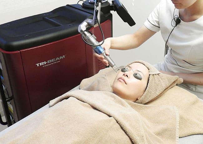 姫路メディカルクリニックで使用する医療用レーザー機器「TRY-BEAM(トライビーム)」でシミ」・くすみ治療をしている様子